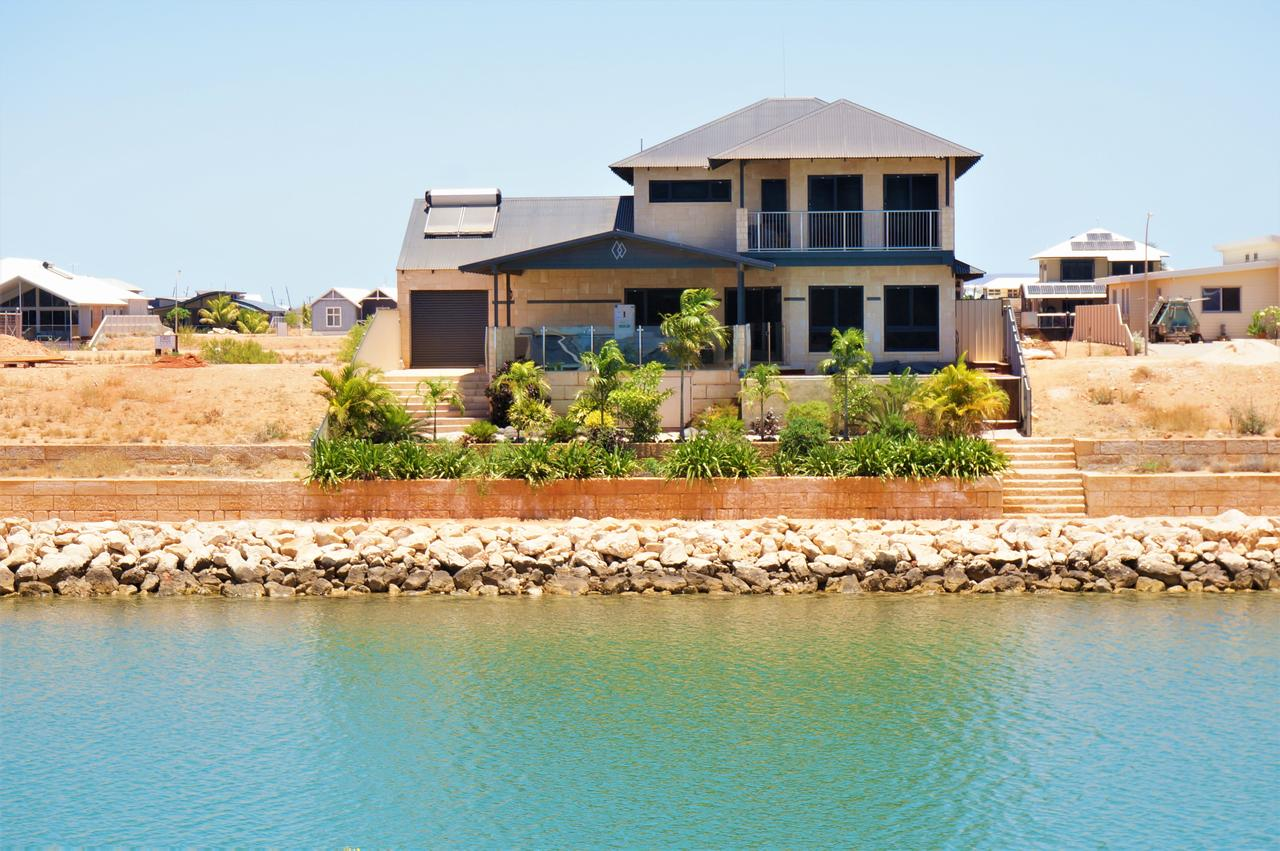 27 Corella Court - Exquisite Marina Home With a Pool and Wi-Fi - Accommodation Brisbane